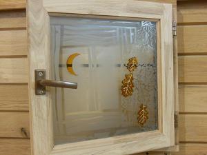 Дубовые окна в баню с витражами