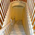 Фото 4: Лестница из массива дуба с пригласительными ступенями