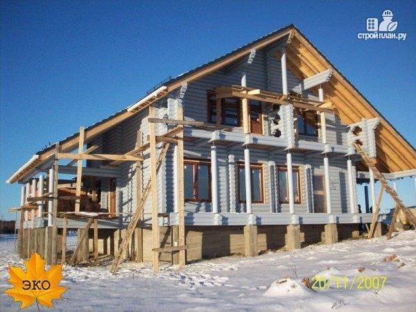 Фото 2: проект бревенчатый дом 10х12 с гаражом и навесом для машины