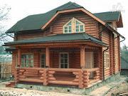Фото: бревенчатый дом с полувальмовой крышей для дружной семьи