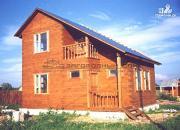 Фото: деревянный дом с гостиной в два света и камином-печью