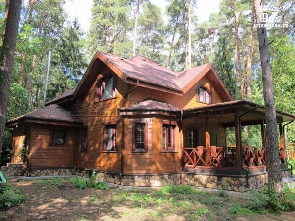 Фото: проект деревянный дом из бруса с эркером в гостиной и террасой