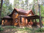 Фото: деревянный дом из бруса с эркером в гостиной и террасой