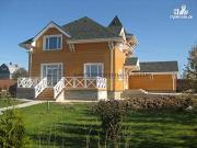 Фото: деревянный дом из бруса с большой террасой и гаражом