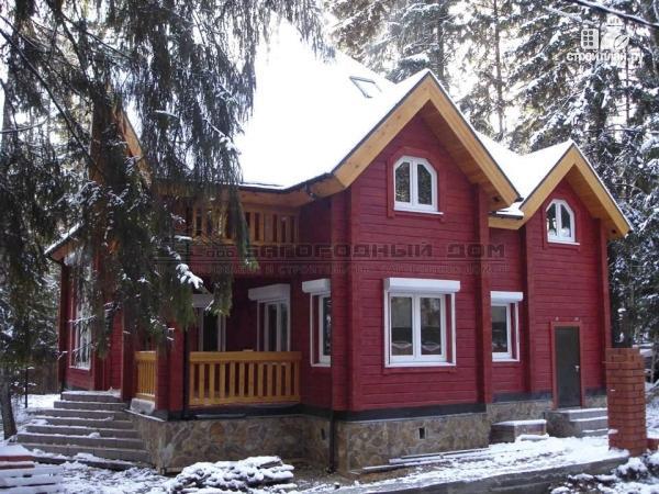 Фото: проект загородный дом с камином в двухсветной гостиной