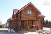 Фото: дом бревенчатый 9х10 с балконом и террасой