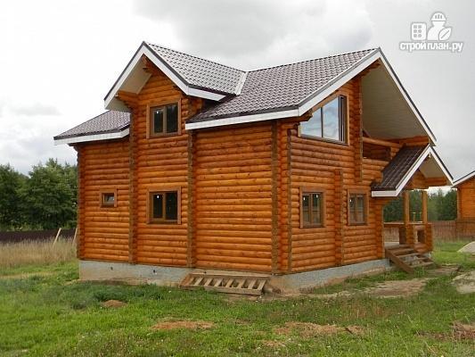 Фото 5: проект дом из бревна с балконом и угловой террасой