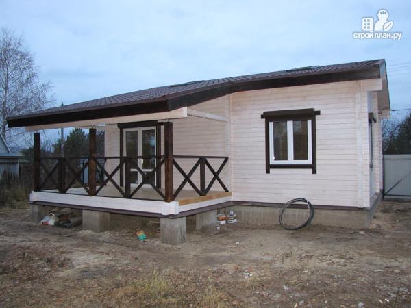 Фото 4: проект одноэтажный дом из клееного бруса, с просторным залом, спальней и небольшой террасой