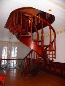 Винтовые лестницы из дуба, бука, сосны на заказ