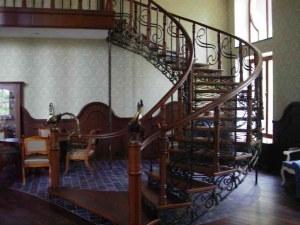 Маршевые лестницы из дуба, бука, сосны на заказ