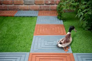 Готовый комплект пластиковых плиток для сборки садовых дорожек