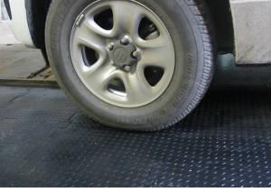 Недорогая резиновая плитка для пола в гараже или на складе