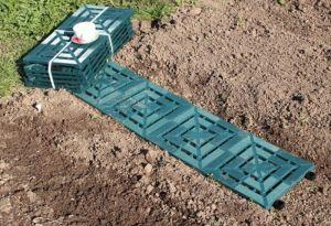 Дорожка между грядками из пластиковых сборных плиток