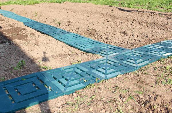 Фото Пластиковая плитка для укладки дорожки между грядок огорода