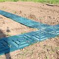 Фото 1: Пластиковая плитка для укладки дорожки между грядок огорода