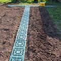 Фото 2: Пластиковая плитка для укладки дорожки между грядок огорода