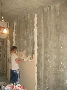 Выравнивание стен под правило штукатурной смесью