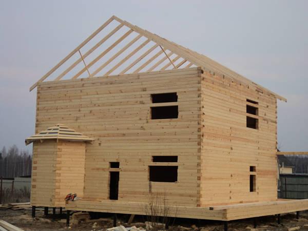 Фото Бригада плотников приступила к возведению крыши дома