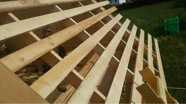 Фото Все элементы крыши представляют собой доски и балки различной длины и сечения