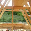 Фото 2: Все элементы крыши представляют собой доски и балки различной длины и сечения