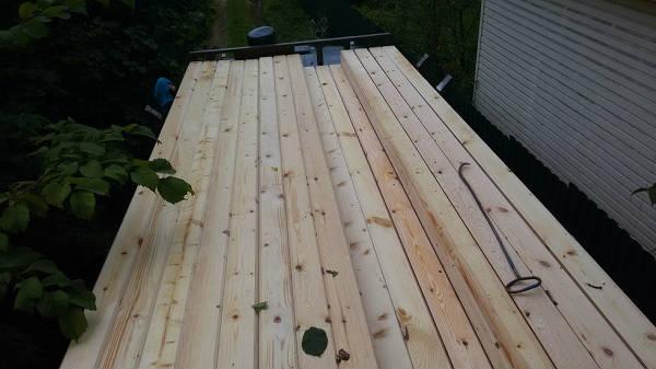 Фото Плотники работают с пилой, расставляя внутренние стены в доме