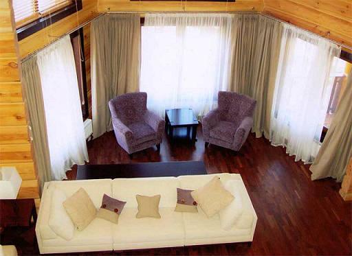 Дизайн гостиной в деревянном доме с эркером